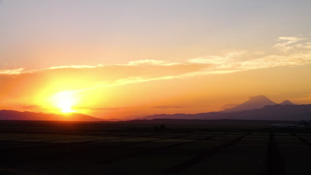 vidéos et rushes de golden sunset over the eynali mountains, iran - auréole