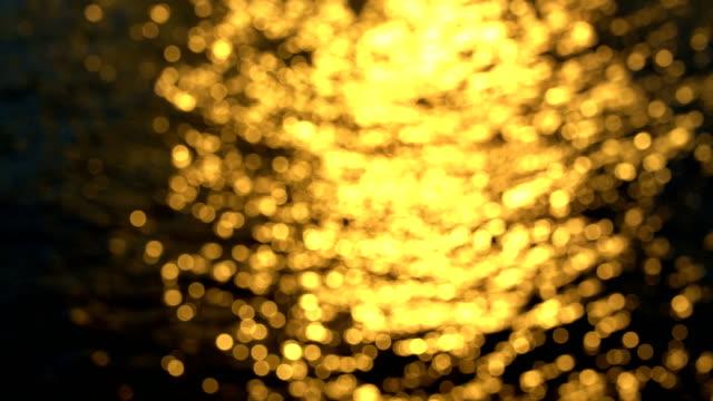 東京の隅田川の夕暮れ時または日の出時の4k ゴールデンウォーター - 夕暮れ点の映像素材/bロール