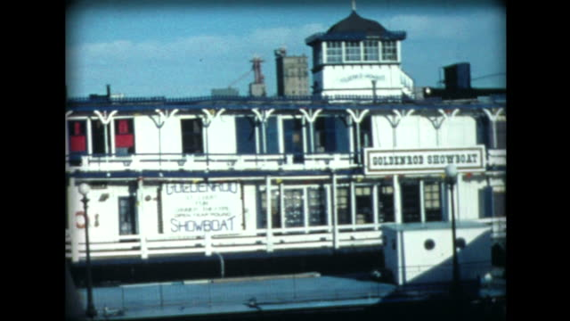 stockvideo's en b-roll-footage met 1977 goldenrod showboat and st. louis arch - st. louis