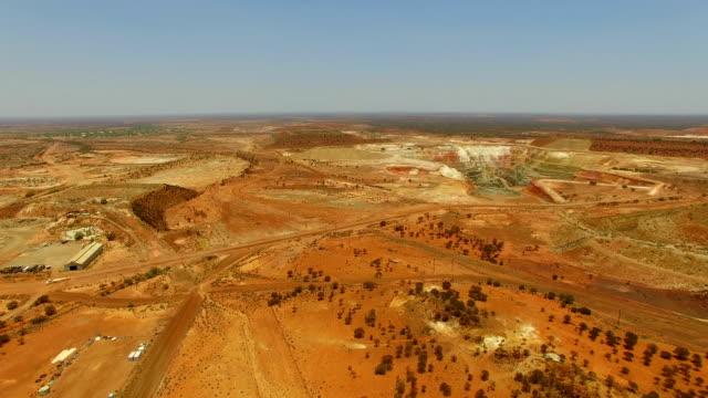 goldfields och guldgruva i den australiensiska vildmarken. flygfoto - western australia bildbanksvideor och videomaterial från bakom kulisserna