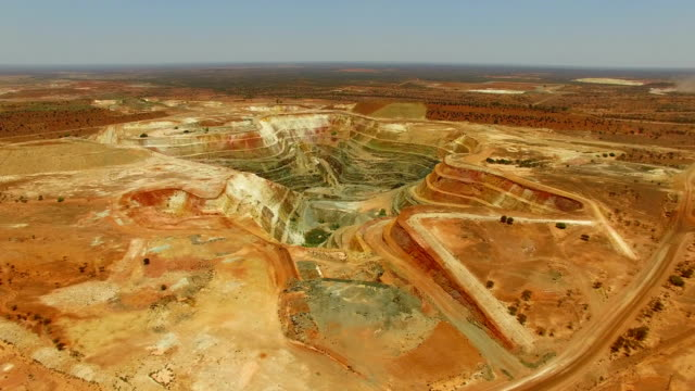 vídeos de stock e filmes b-roll de goldfields and gold mine in the australian outback. aerial view - mina de carvão