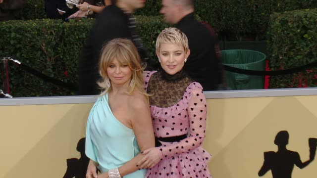 stockvideo's en b-roll-footage met goldie hawn and kate hudson at the 24th annual screen actors guild awards at the shrine auditorium on january 21 2018 in los angeles california - screen actors guild awards