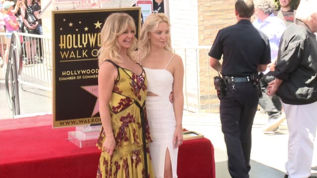 vídeos y material grabado en eventos de stock de goldie hawn and kate hudson at the walk of fame to honor goldie hawn and kurt russell with special double star ceremony on may 4, 2017 in hollywood,... - kate hudson