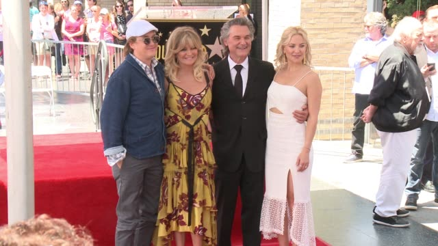vídeos y material grabado en eventos de stock de goldie hawn, kurt russell and kate hudson at the walk of fame to honor goldie hawn and kurt russell with special double star ceremony on may 4, 2017... - kate hudson