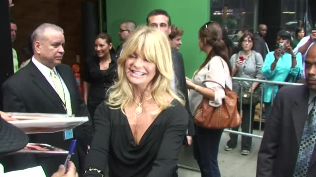 vidéos et rushes de goldie hawn signs autographs as she departs 'good morning america' in new york 9/27/11 - autographe