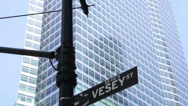 vidéos et rushes de goldman sachs headquarters in lower manhattan new york city ny us on friday june 8 2018 - plaque de rue