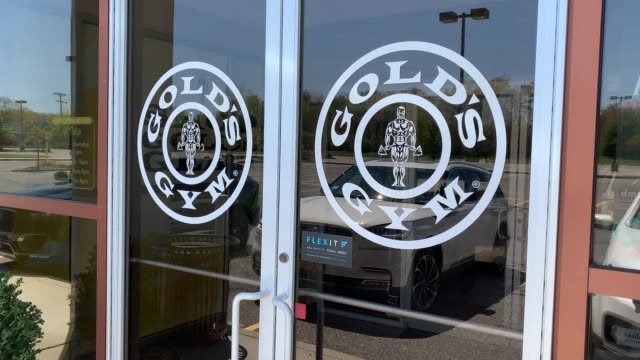 gold's gym remains shuttered on may 05 2020 in islip new york gold's filed for bankruptcy protection amid the coronavirus pandemic - bancarotta video stock e b–roll