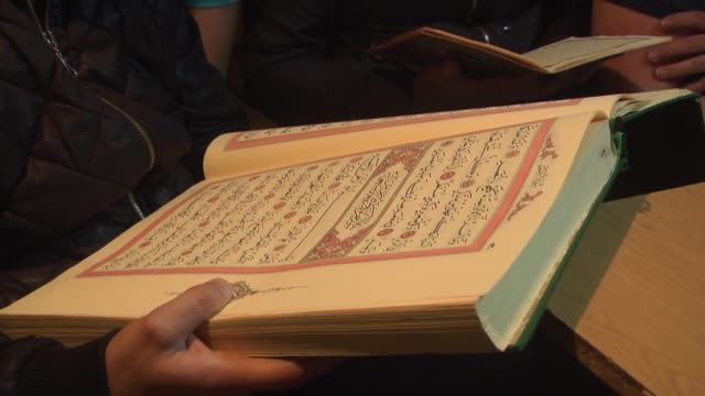 vídeos y material grabado en eventos de stock de a goldsmith in the macedonian capital skopje teaches the holy quran to students at his shop necmedin bushi gives the reading lessons while moulding... - koran