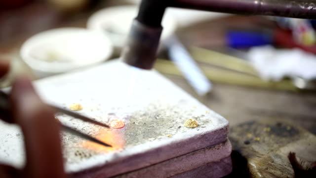 Goldsmith Juwelier mit Benzin Kochfeld Schmelzen und dekorieren gold