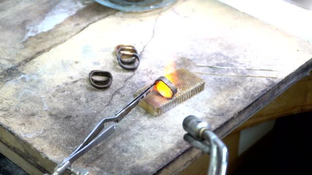 vídeos de stock, filmes e b-roll de fazendo anel goldsmith - fundir técnica de vídeo