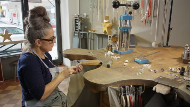 vídeos de stock e filmes b-roll de goldsmith workshop and retail shop led by  independent master craftswoman. - trabalho de freelancer