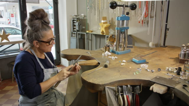 vidéos et rushes de goldsmith workshop and retail shop run by a independent master craftswoman. - entrepreneur