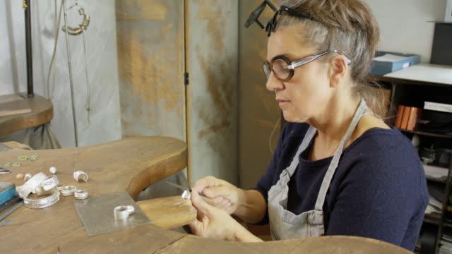 goldsmith workshop and retail shop run by a independent master craftswoman. - schmuck stock-videos und b-roll-filmmaterial