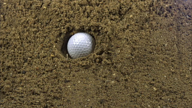 """golf ball falling into bunker, golf near sciacca in sicily, italy, slow motion"" - ゴルフボール点の映像素材/bロール"