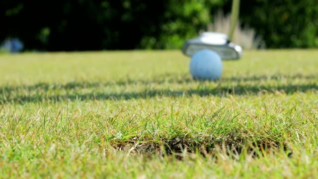 vídeos de stock, filmes e b-roll de bola de golfe cair dentro do buraco - competition round