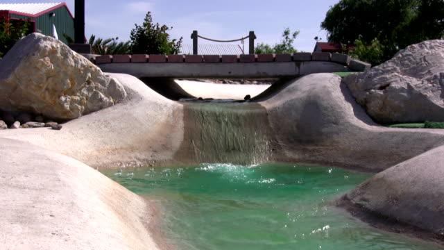 golf ball fließenden stromabwärts - minigolf stock-videos und b-roll-filmmaterial