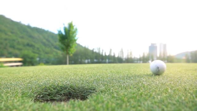 SLO MO Golf bola en un hoyo