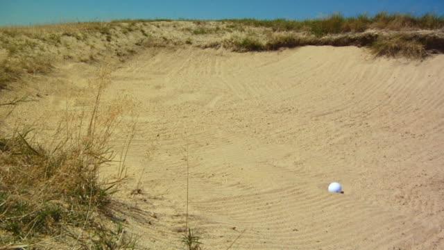 vídeos de stock, filmes e b-roll de ms, golf ball landing in sand trap, north truro, massachusetts, usa - bola de golfe