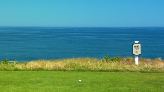 vidéos et rushes de ms, golf ball on tee, north truro, massachusetts, usa - tee de golf