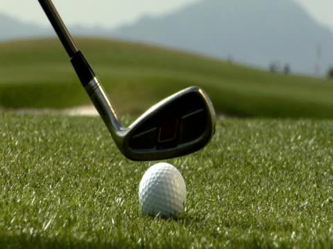 vídeos de stock, filmes e b-roll de pal bola de golfe greve - hitting