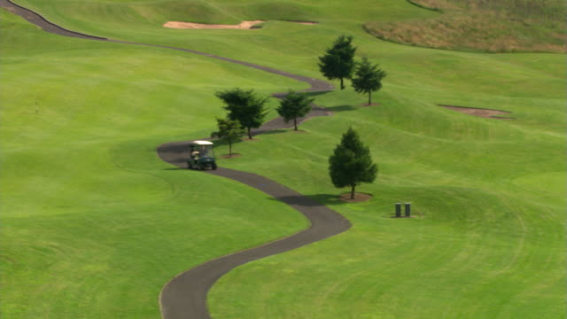 golf cart and meandering path - links golf stock videos & royalty-free footage