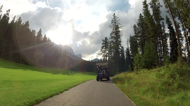 golf cart follows paved trail through golf course - golf cart stock videos & royalty-free footage