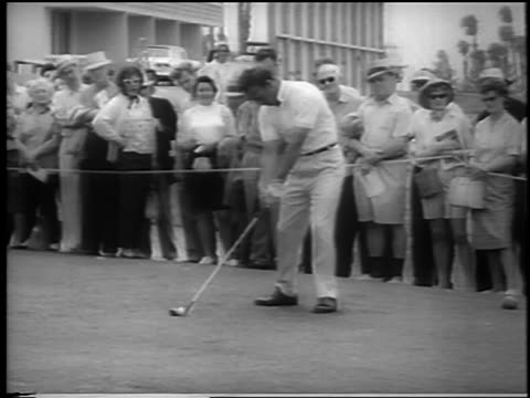 golf champion arnold palmer teeing off at doral-ryder open / miami / newsreel - 1962年点の映像素材/bロール