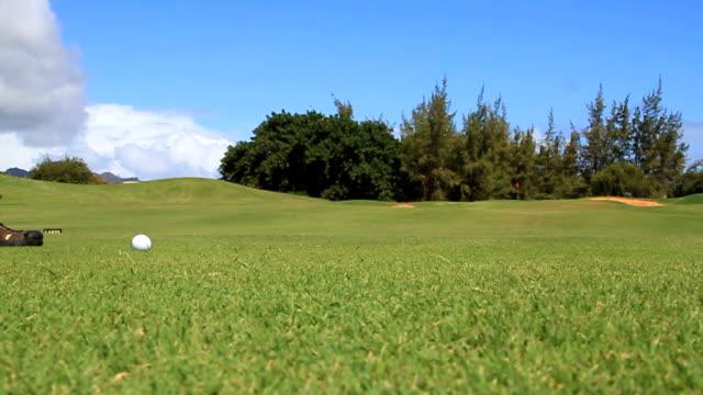 vídeos de stock, filmes e b-roll de clube de golfe de atingir voo da bola - bola de golfe