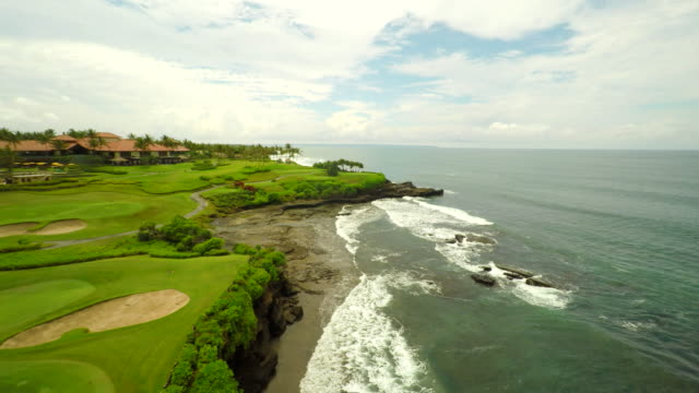 aerial golfplatz am strand in bali - golfplatz green stock-videos und b-roll-filmmaterial