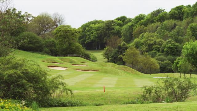 ws pan golf course / castle comb, wiltshire, uk - ウィルトシャー州点の映像素材/bロール