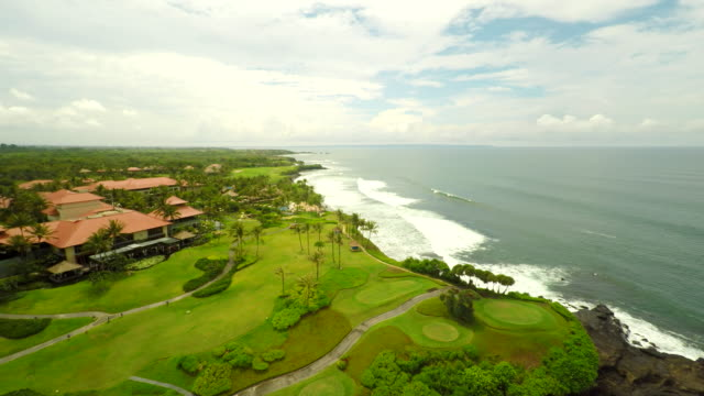 aerial golfplatz in bali - golfplatz green stock-videos und b-roll-filmmaterial