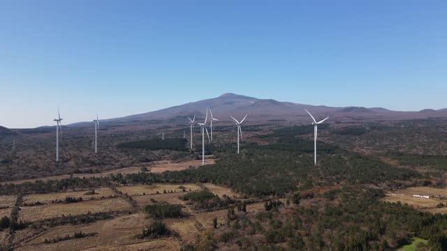 vídeos de stock, filmes e b-roll de golf course in seogwipo city and wind turbine at hallasan mountain / seogwipo-si, jeju-do, south korea - obstáculo de água