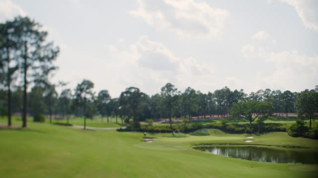 vídeos y material grabado en eventos de stock de campo de golf-scenic fairway - bandera de golf
