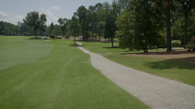 vídeos y material grabado en eventos de stock de campo de golf - fairway escénica - bandera de golf