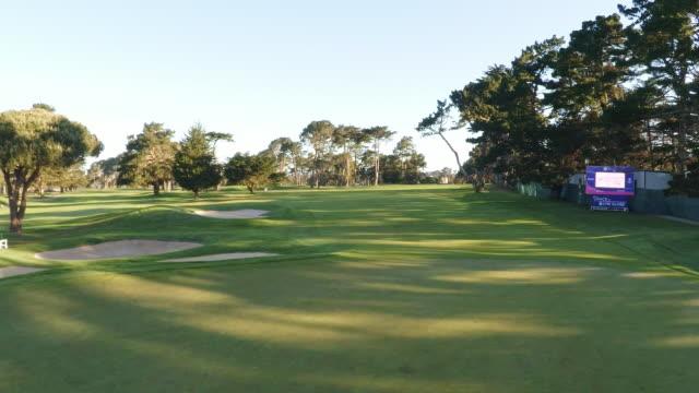 vídeos y material grabado en eventos de stock de golf course - bandera de golf