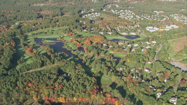 vídeos y material grabado en eventos de stock de aerial golf course with autumn foliage and landscaping with ponds / massachusetts, united states - campo de golf links