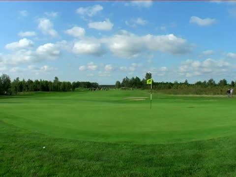 vídeos y material grabado en eventos de stock de green de golf - bandera de golf