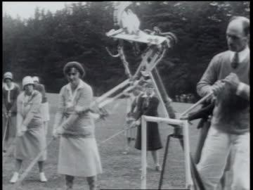 1930 montage golf instructor using machine to teach golf - 1930 bildbanksvideor och videomaterial från bakom kulisserna