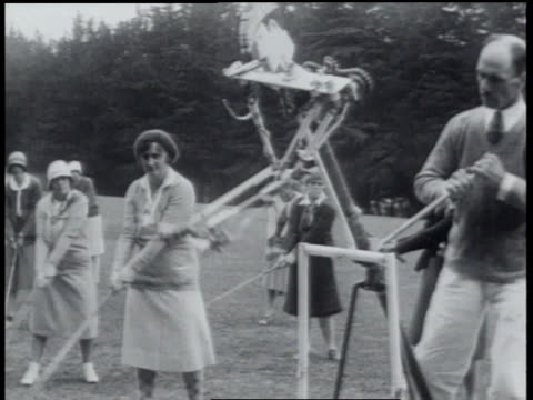 1930 montage golf instructor using machine to teach golf - 1930 stock-videos und b-roll-filmmaterial