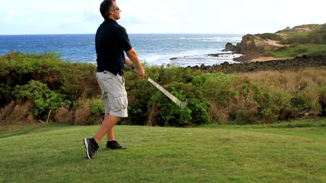 vídeos y material grabado en eventos de stock de hombre tirando de un club de golf - swing de golf