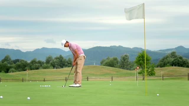 vídeos y material grabado en eventos de stock de dolly hd: golf player de un juego de golf - deporte profesional