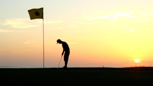 vidéos et rushes de joueur de golf faire tee off sur un parcours de golf - tee de golf
