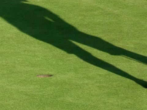 vídeos de stock, filmes e b-roll de golfe: sombra putt - buraco