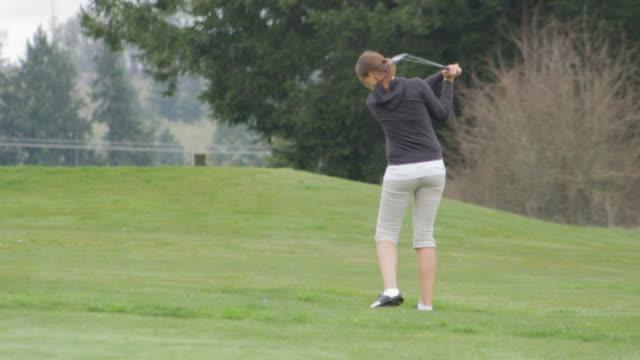 golf shot from the rough - ショットを決める点の映像素材/bロール