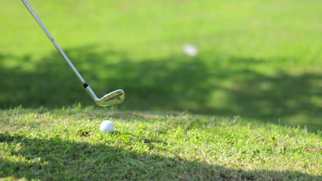 stockvideo's en b-roll-footage met golfswing op golfbaan - golf swing