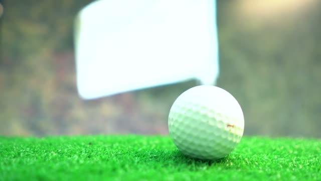 美しい青い空と緑のゴルフボール - ゴルフのティー点の映像素材/bロール