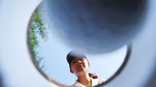 golfball rolling in to the hole. - einlochen golf stock-videos und b-roll-filmmaterial
