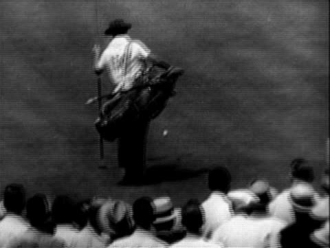vidéos et rushes de golfer ben hogan teeing off / ben hogan walking to next shot / oakmont country club / bobby locke putting pan as ball goes in hole pan to crowd... - 1953