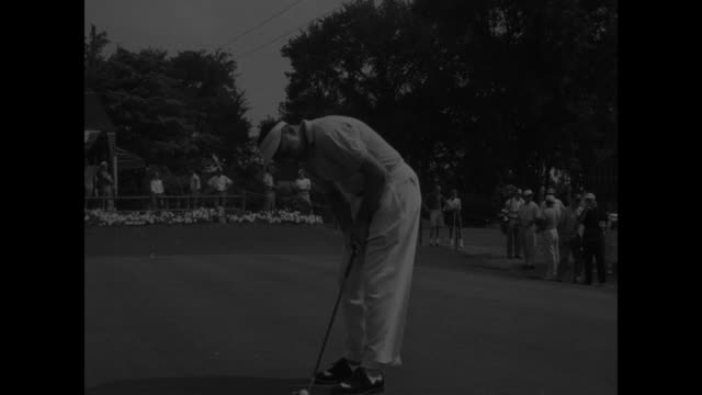 """golfer doug ford drives, spectators watch in background / banner across road says, """"natl pga championship"""" / rearview of crowd watching cary... - pgaイベント点の映像素材/bロール"""