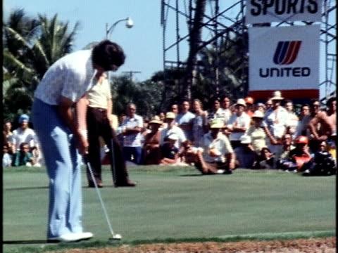 golfer hale irwin making a putt for a score of thirteen under par at the hawaiian open golf tournament/ honolulu oahu hawaii islands usa/ audio - 1978 bildbanksvideor och videomaterial från bakom kulisserna